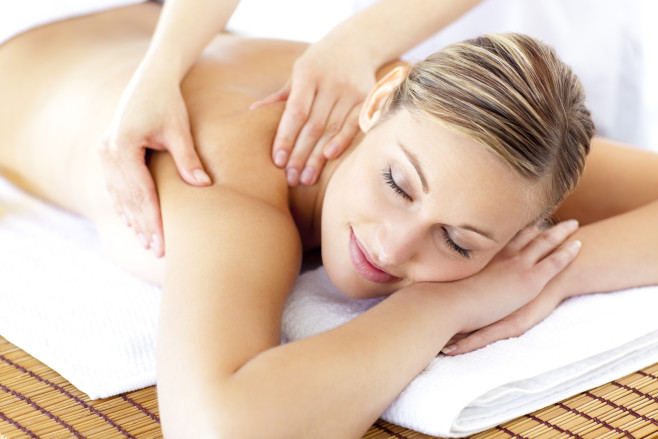 mujer-recibiendo-masaje-dcursos