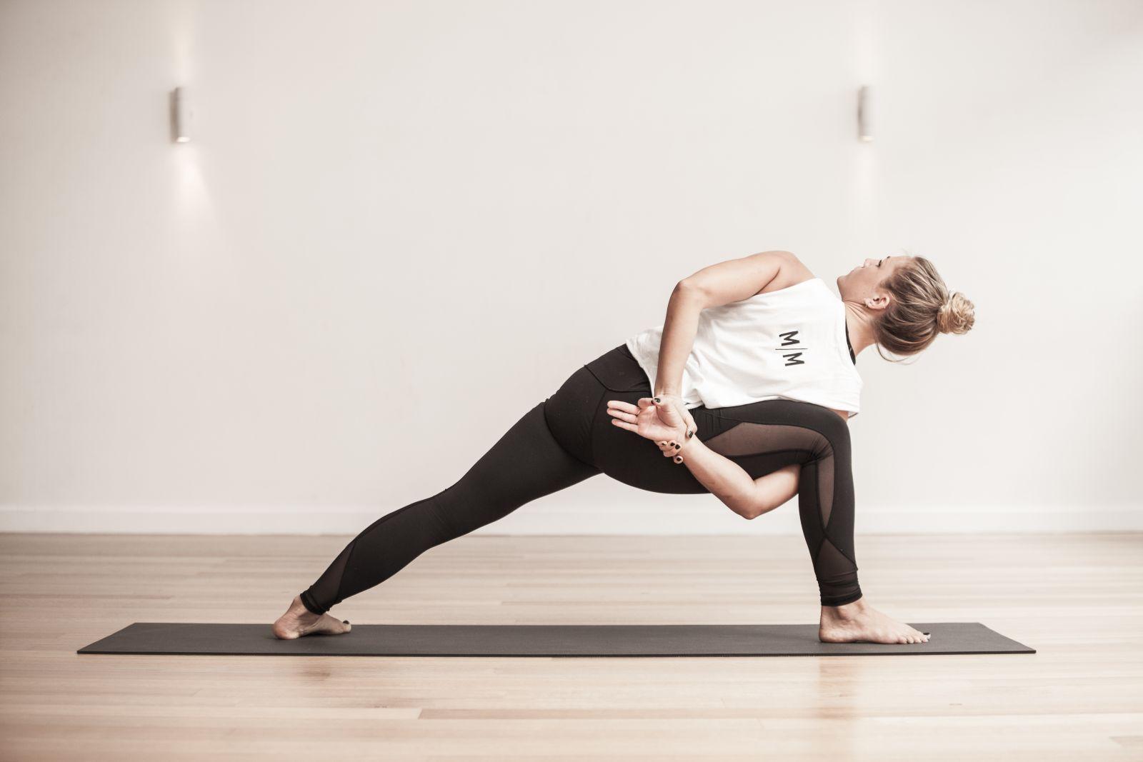 El yoga vinyasa mejora la salud con posturas sostenidas –